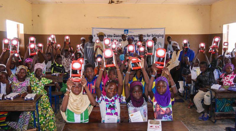 Remise de lanternes solaires aux élèves dans le cercle de Kolokani par Mali-Folkecenter Nyetaa