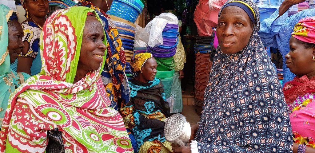 Ces femmes ont été soutenues par l'ONG Mali-Folkecenter Nyetaa pour avoir des matériels de transformation du beurre de karité. Elles étaient au marché pour l'achat  desdits matériels